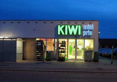 Fasadefoto av Kiwi-butikk med hurtigport fra Olar Portconsult