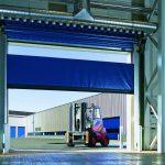Blå SEL hurtigport i lagerbygg