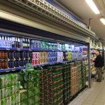 Rullegitter foran ølutsalg i dagligvarebutikk