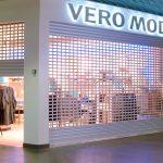 Rullegitter foran Vero Moda-klesbutikk på kjøpesenter